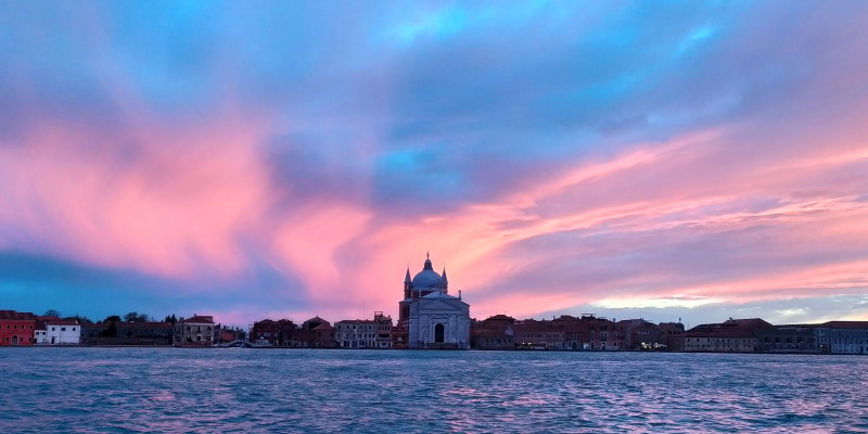 venezia chiesa del redentore con cielo e nuvole rosa