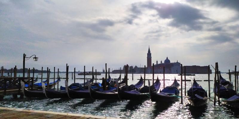 venezia gondole in canal grande con cielo all'alba